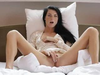 Солодка дівчина margot masturbates її манда