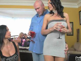 Super hawt couples deciding sur quoi à faire en leur sexe fête!