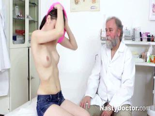 Tineri bruneta comes pentru gynecologist