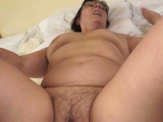 Karštas močiutė loves jaunas cocks