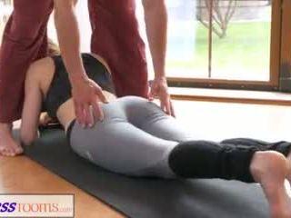 Fitnessrooms নোংরা yoga শিক্ষক উপর গর্জিয়াস শারীরিক যোগ্যতা মডেল