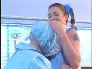 Jeune babysitter baisée par nain