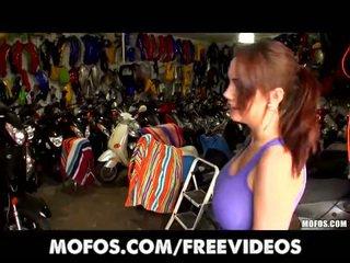 Sykkeljente jente med perfekt sett av pupper er knullet doggystyle ved arbeid