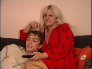 Maminka a syn sledování televize na gauč