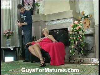 Fierbinte guys pentru maturitate video starring leonora, adrian, mike