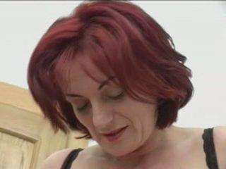 Flokëkuqe granny-beauty anale në stairs