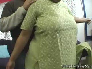 Индийски милф loves това тя bf е having шега около тя голям гърди