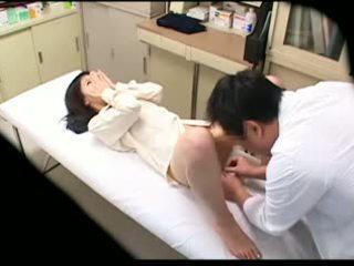 Spycam perverzné doktor uses mladý pacient 02