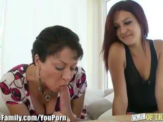 Εφηβική ηλικία μαμά teaches αυτήν να πιπιλίζουν καβλί