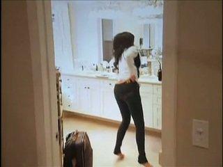Kim kardashian flashes të saj oustanding gjinj dhe shëndoshet anus ndërsa në divan