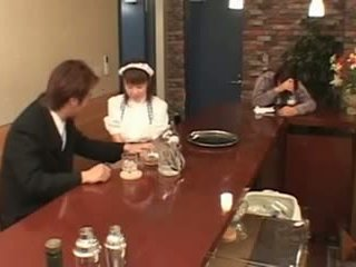Krūtinga japoniškas padavėja pakliuvom į viešumas