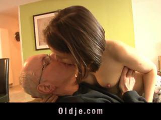 Arrapato ragazza succhiare vecchio pene