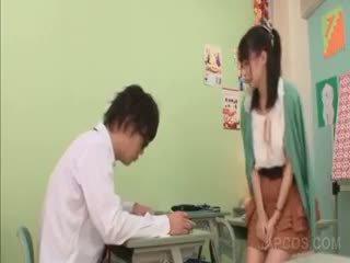 I eksituar aziatike mësues seducing një shkollë djalë në klasë