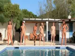 Six nagi dziewczyny przez the basen z poland