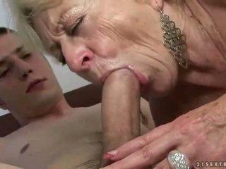 Bà nội và con trai enjoying cứng giới tính