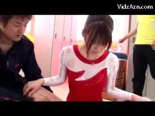 Fille en gymnast robe getting massaged avec huile chatte rubbed par son trainer en la casiers